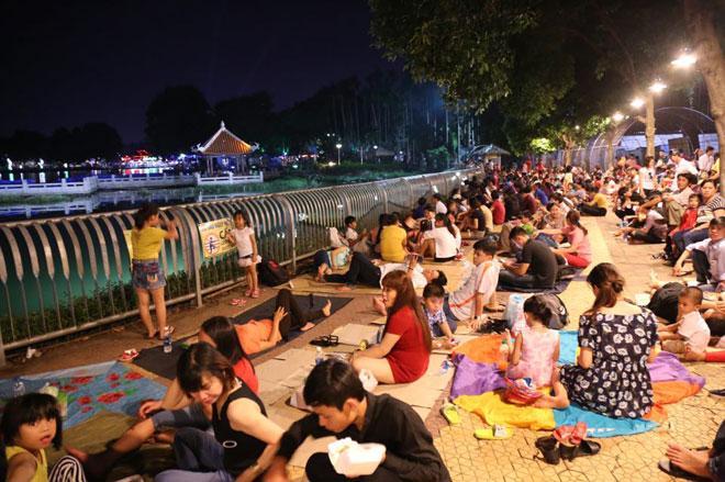 Người dân SG chen nhau chọn chỗ đẹp xem pháo hoa mừng Quốc khánh - 4