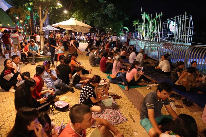 Người dân SG chen nhau chọn chỗ đẹp xem pháo hoa mừng Quốc khánh - 3