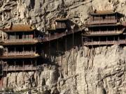 Ấn tượng ngôi chùa 1.500 tuổi cheo leo trên vách núi đá