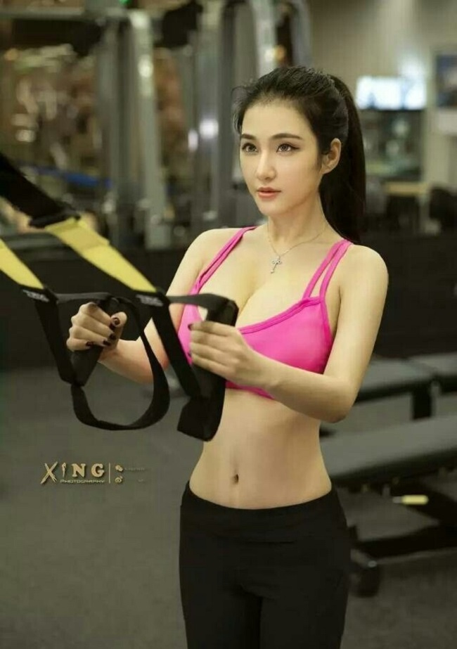 Quế Tinh Tinh - hoa khôi giảng đường của trường Đại học sư phạm Hoa Đông, Thượng Hải cũng khiến bao anh chàng rung rinh khi đi tập gym.