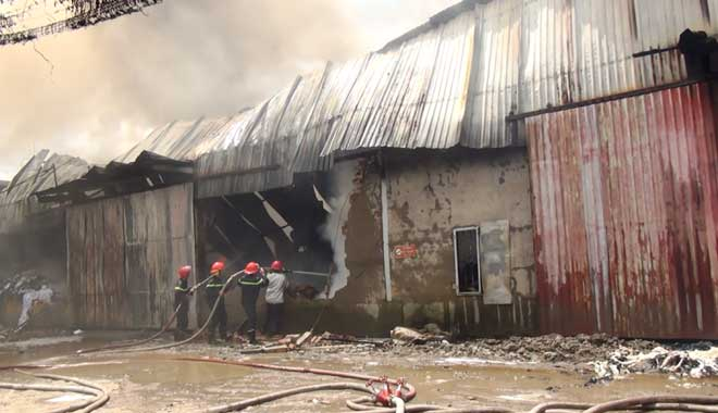 """""""Biển lửa"""" bốc ngùn ngụt tại nhà xưởng rộng cả ngàn mét vuông ở Sài Gòn - 2"""
