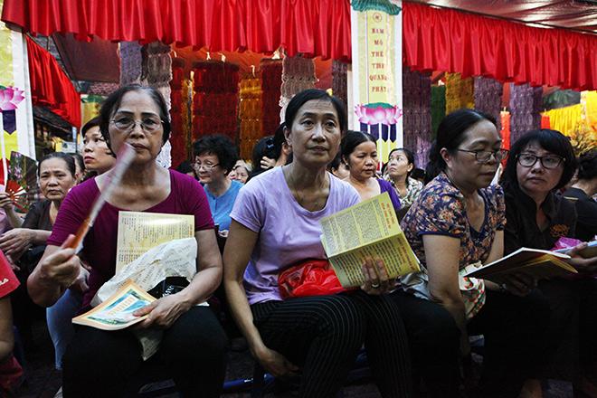 Hàng nghìn người ngồi kín chùa Phúc Khánh tụng kinh Vu Lan - 2