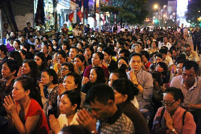 Hàng nghìn người ngồi kín chùa Phúc Khánh tụng kinh Vu Lan - 10