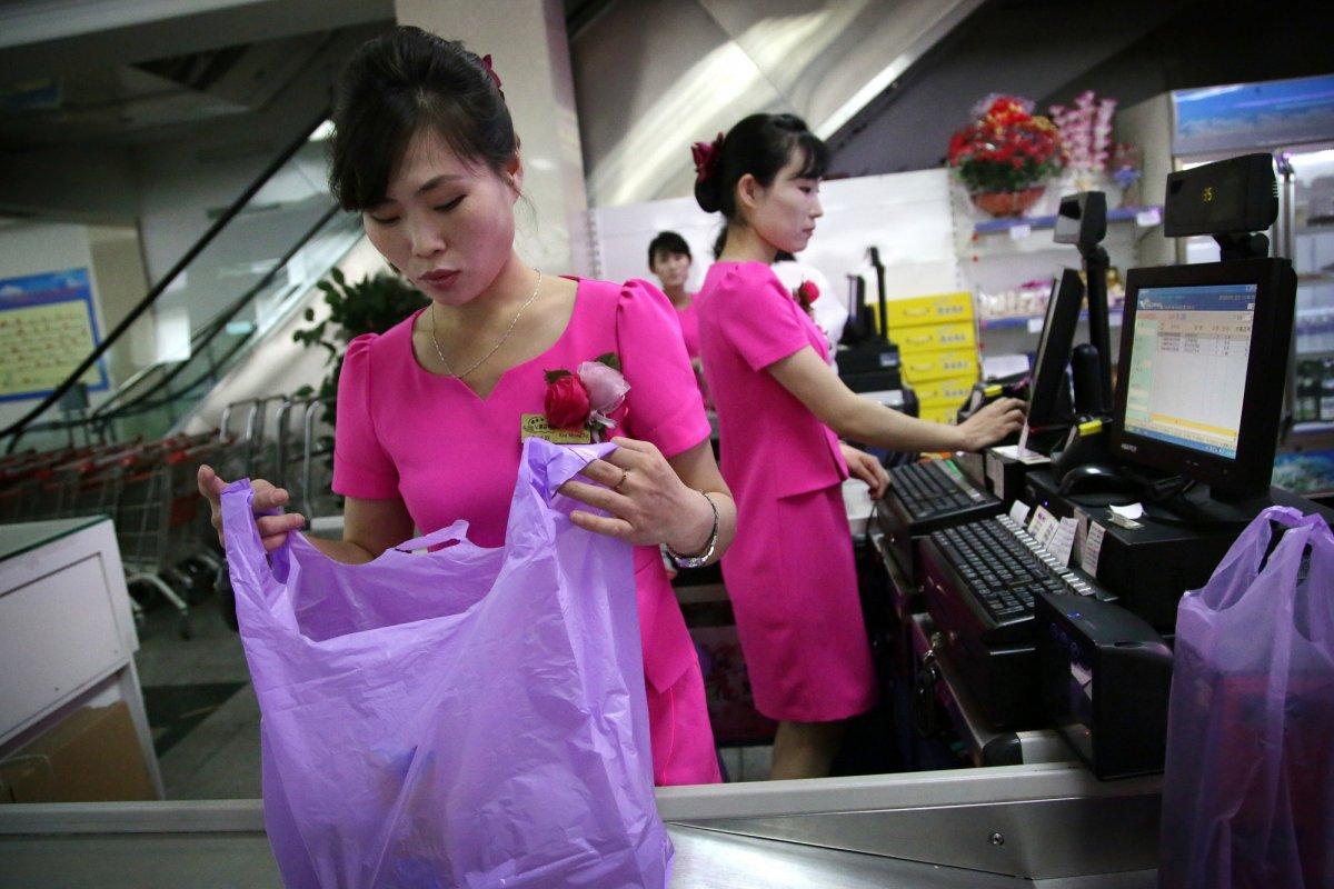 Mua đồ hiệu, dùng thẻ ATM, người Triều Tiên tiêu tiền khác xưa như thế nào? - 3