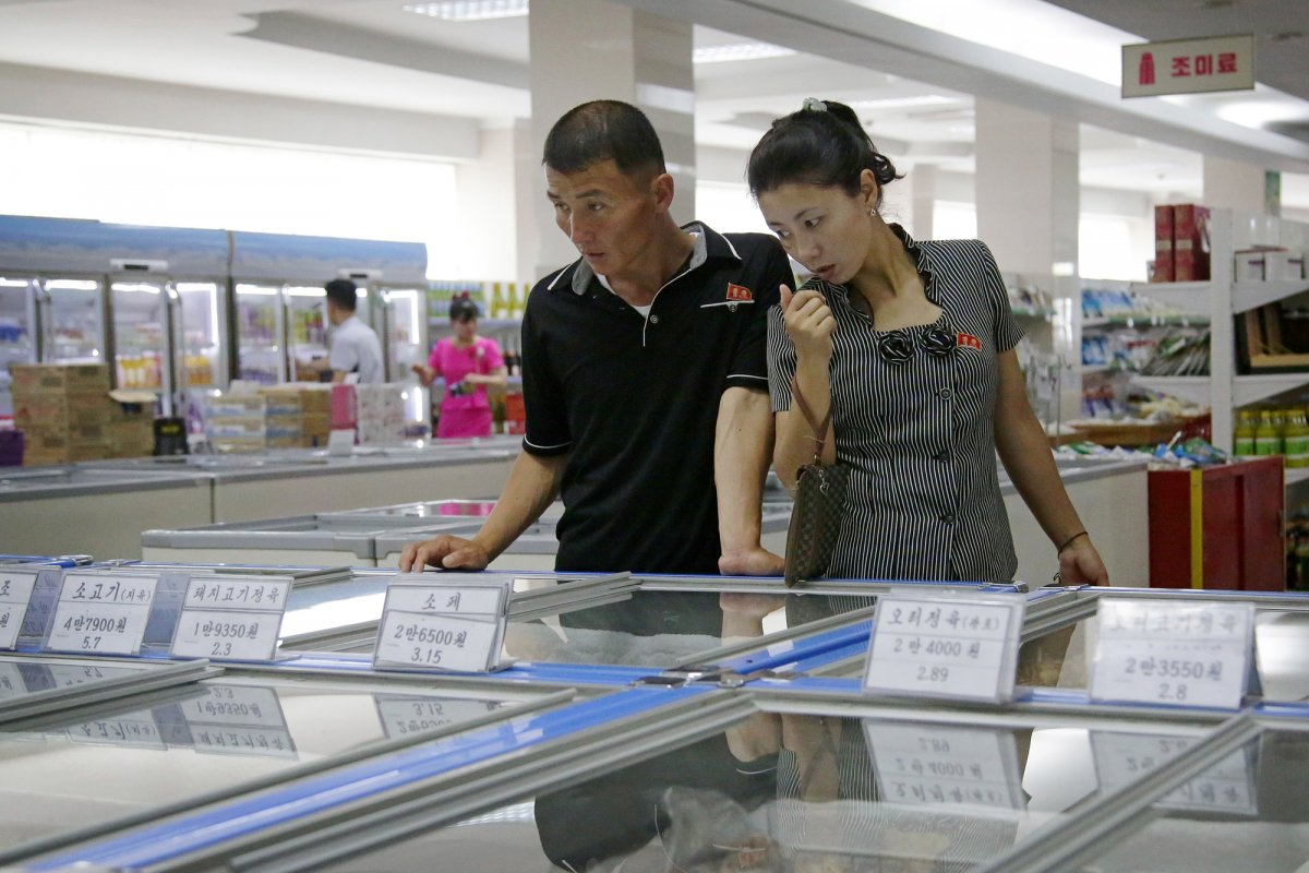 Mua đồ hiệu, dùng thẻ ATM, người Triều Tiên tiêu tiền khác xưa như thế nào? - 6