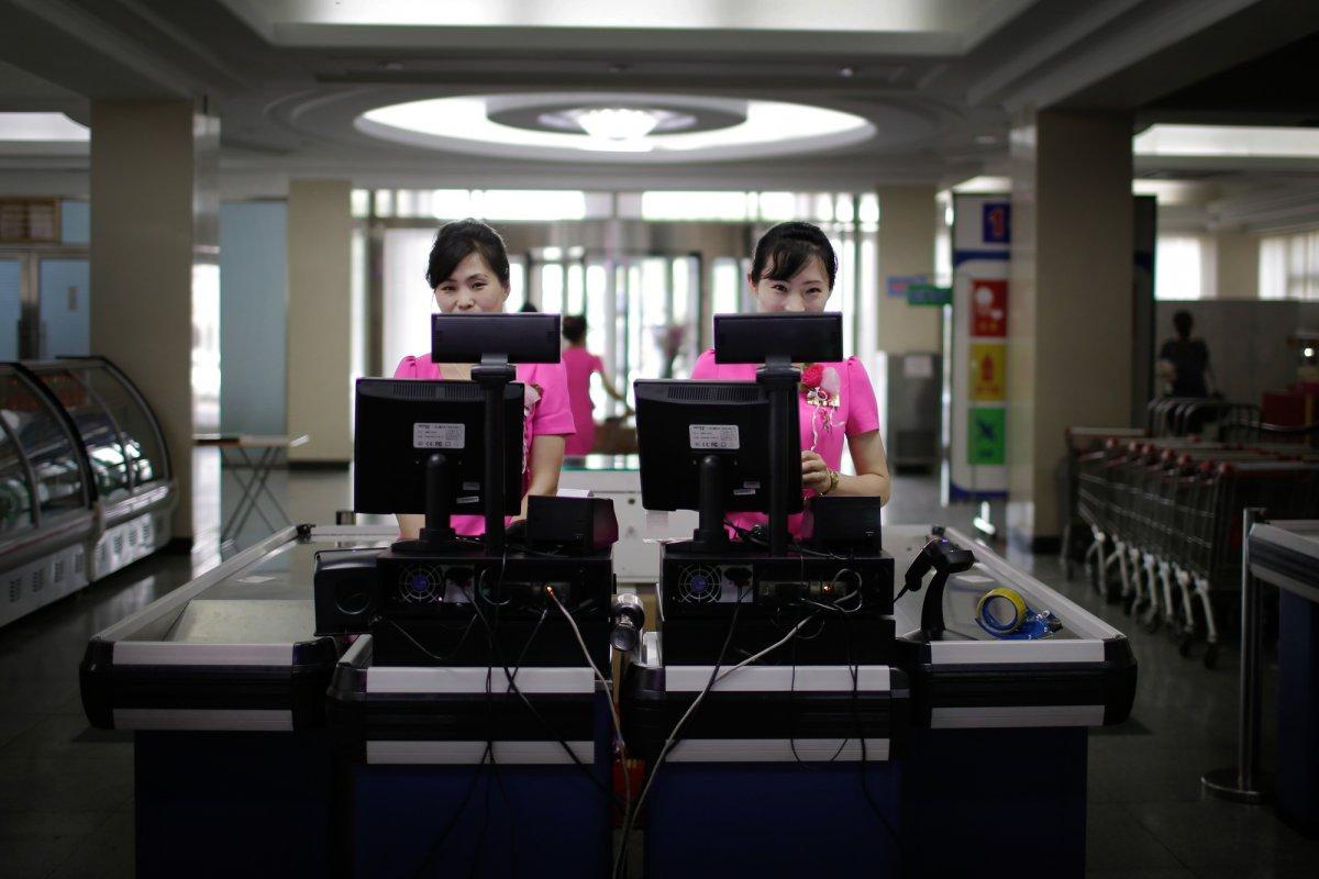 Mua đồ hiệu, dùng thẻ ATM, người Triều Tiên tiêu tiền khác xưa như thế nào? - 4