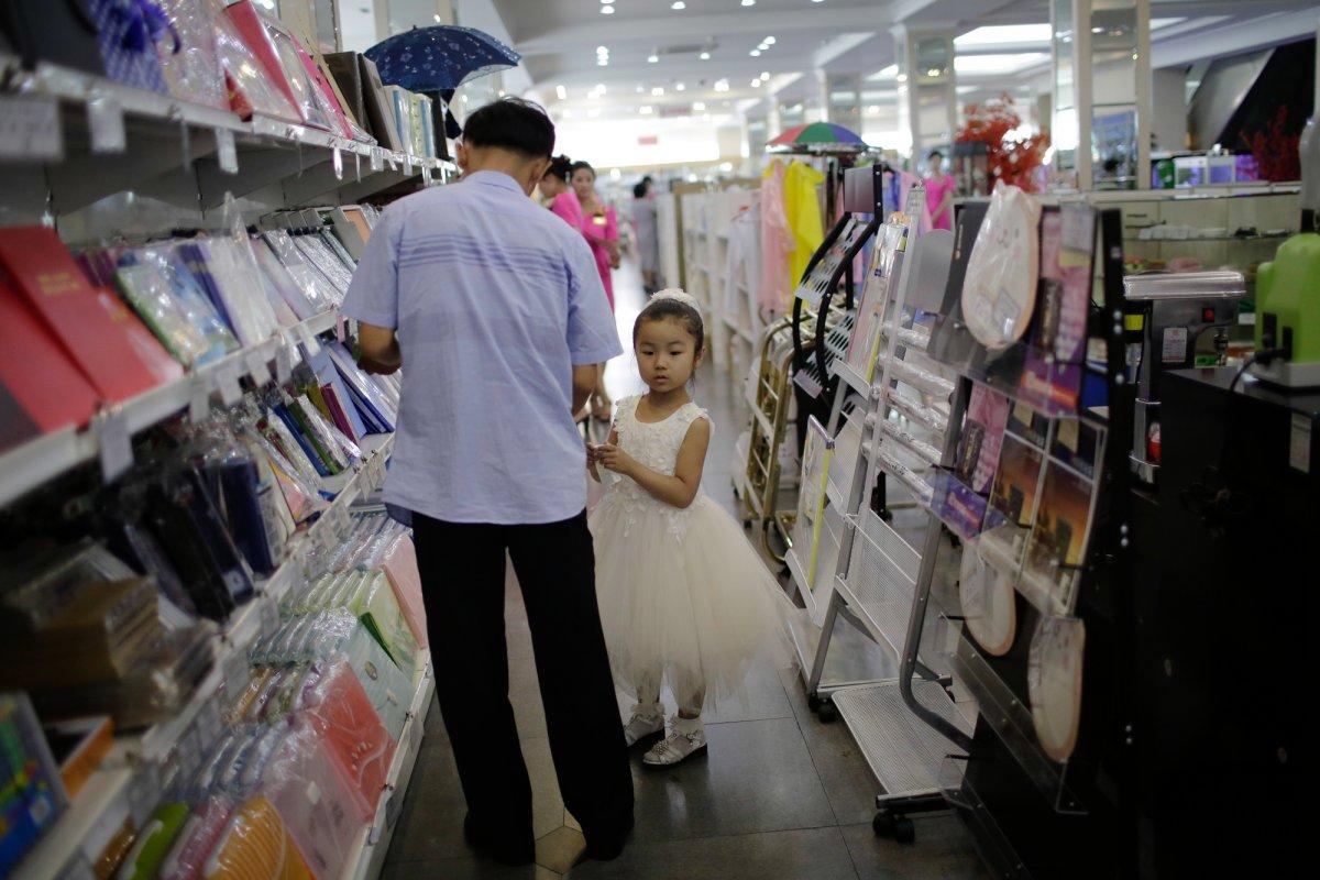 Mua đồ hiệu, dùng thẻ ATM, người Triều Tiên tiêu tiền khác xưa như thế nào? - 14