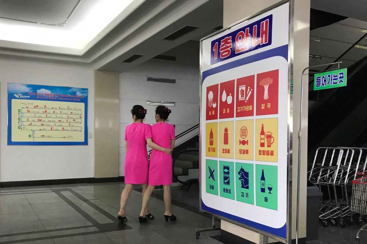 Mua đồ hiệu, dùng thẻ ATM, người Triều Tiên tiêu tiền khác xưa như thế nào? - 8