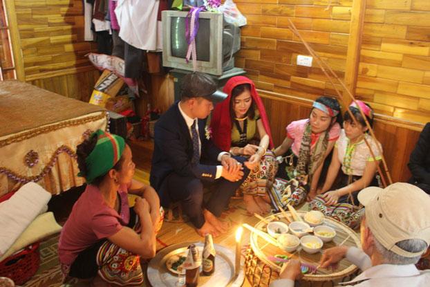 """""""Làm vía"""" - buộc chỉ cổ tay, nét văn hóa truyền thống của người Thái - 1"""