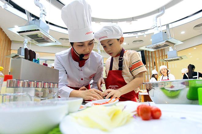 """Khó tin lớp học nấu nướng miễn phí trong căn bếp """"sang chảnh"""" nhất Hà Nội - 10"""