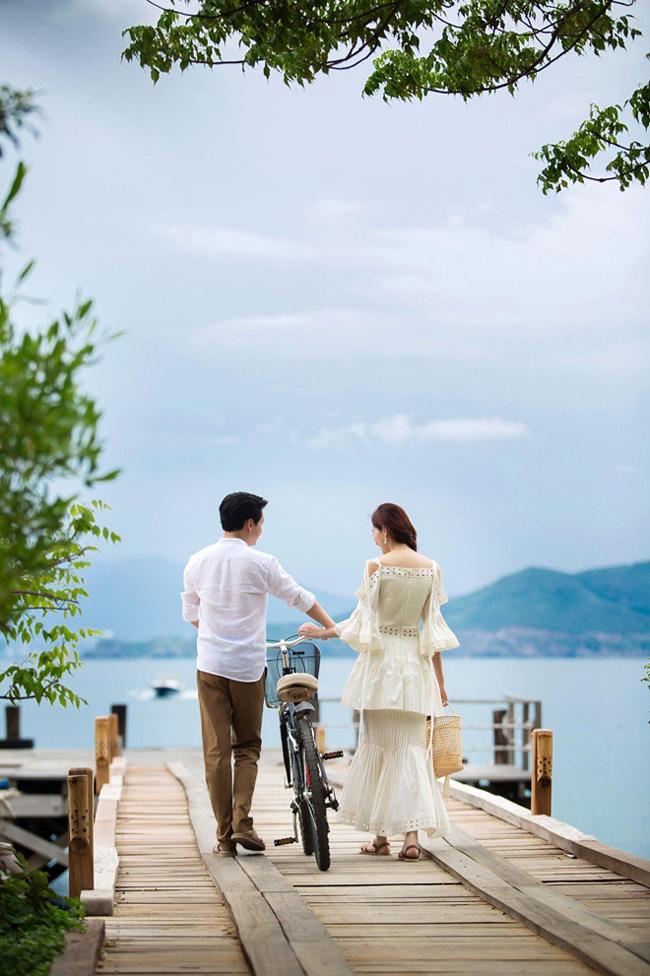 Cả hai đã tranh thủ thời gian đi chụp ảnh cưới cùng bạn bè. Phong cách ảnh cưới đơn giản tựa như chính chuyện tình của một drama Hàn càng khiến cặp đôi này được ngưỡng mộ.