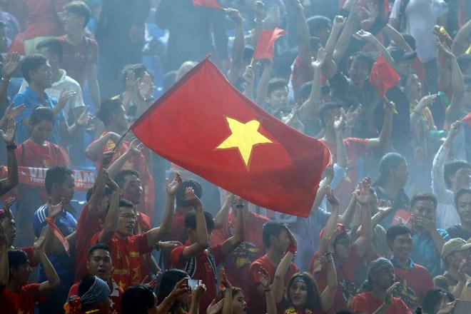 CĐV Việt Nam đốt pháo sáng khuấy đảo khán đài Campuchia - 8