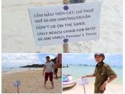Tấm bảng  cấm nằm trên cát  ở biển Phú Quốc khiến du khách bức xúc