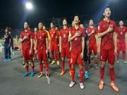 Bóng đá - Thắng đầy cảm xúc Campuchia, ĐT Việt Nam hát quốc ca cùng CĐV