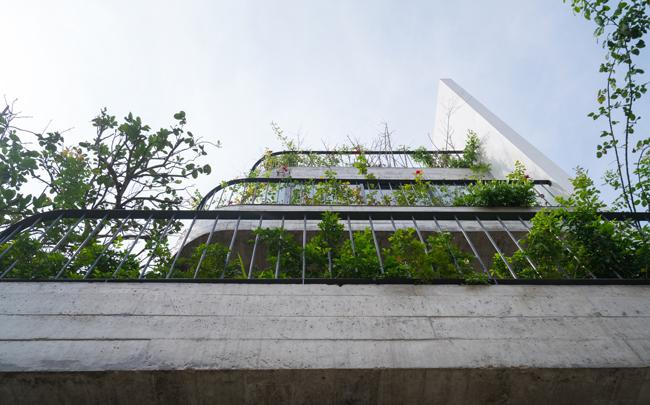 Tạp chí kiến trúc hàng đầu của Mỹ, ArchDaily đã & nbsp;ưu ái miêu tả căn biệt thự là một trong những kiến trúc hòa trộn đông-tây đặc sắc nhất.