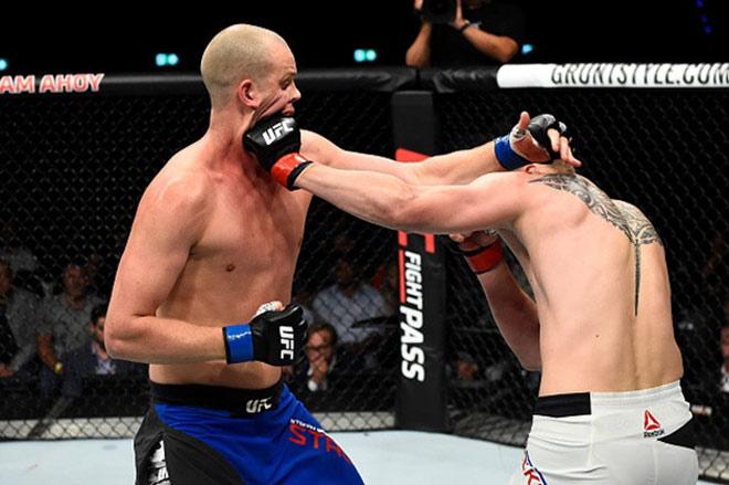 """UFC: Võ sỹ 2m13, cao nhất thế giới bị đấm đổ """"như chuối"""" 1"""