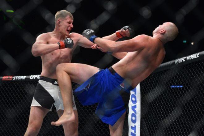 """UFC: Võ sỹ 2m13, cao nhất thế giới bị đấm đổ """"như chuối"""" 2"""