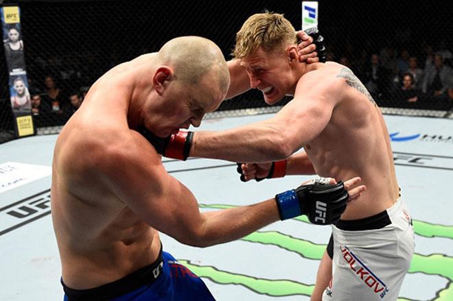 """UFC: Võ sỹ 2m13, cao nhất thế giới bị đấm đổ """"như chuối"""" 3"""