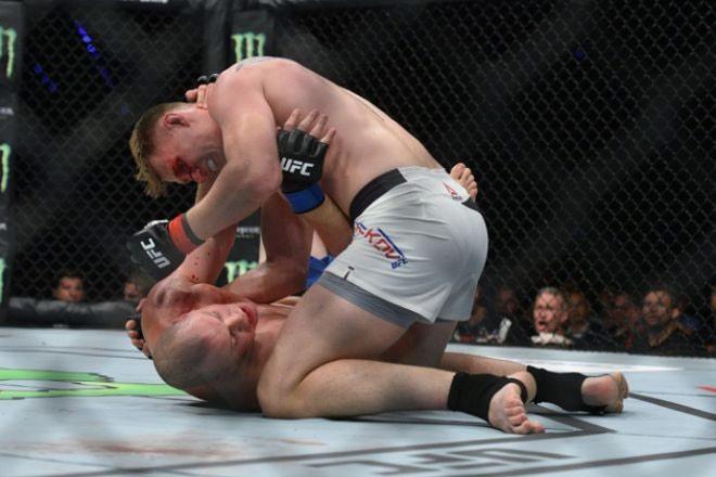 """UFC: Võ sỹ 2m13, cao nhất thế giới bị đấm đổ """"như chuối"""" 4"""