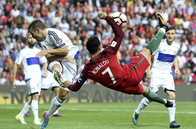 Vòng loại World Cup: Ronaldo sáng, Messi mờ, nguy cơ lại từ giã Argentina - 1
