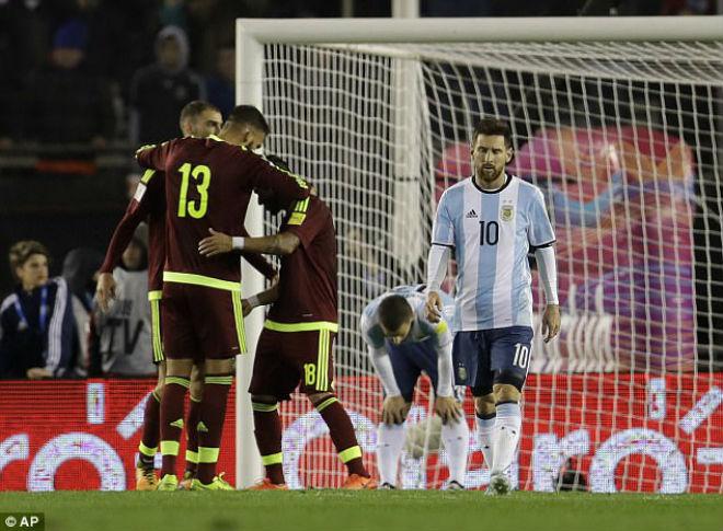 Vòng loại World Cup: Ronaldo sáng, Messi mờ, nguy cơ lại từ giã Argentina - 2