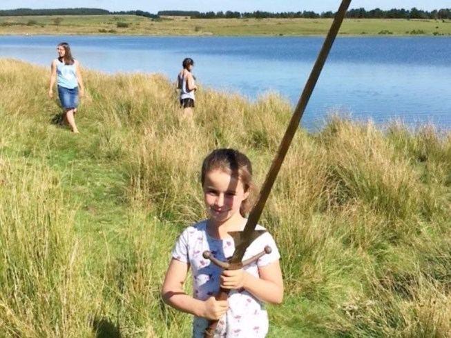 Bé 7 tuổi tìm được gươm báu của vua Arthur? - 1