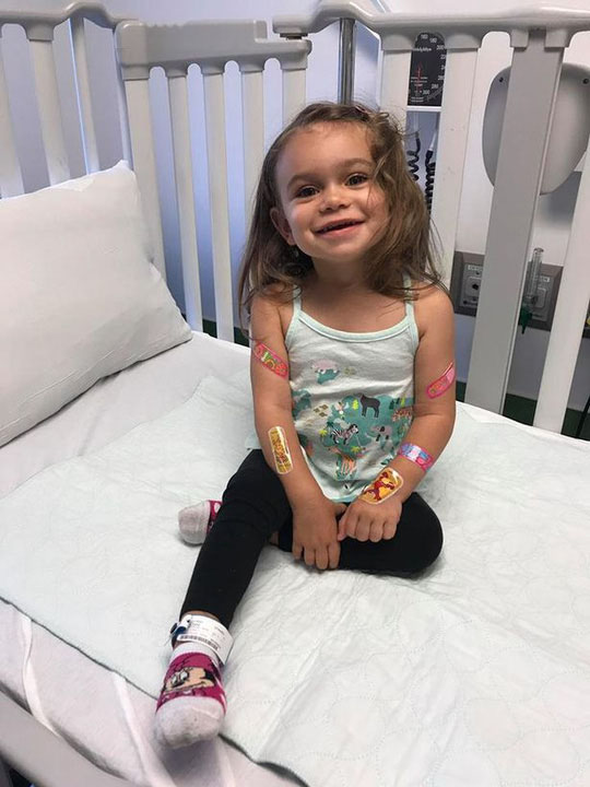 Bệnh hiếm gặp khiến bé gái ngã 100 lần mỗi ngày - 1