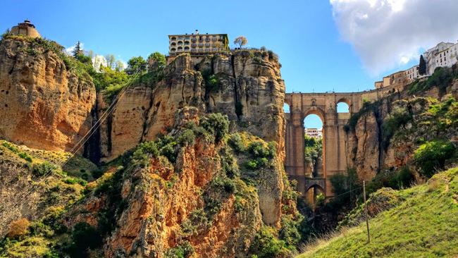 Puente Nuevo (Ronda, Tây Ban Nha): Mất 34 năm tỉ mỉ xây dựng từng chi tiết, kiến trúc sư José Martín de Aldehuela nổi tiếng của thế kỷ 18 cuối cùng đã hoàn thành công trình cầu mái vòm vĩ đại tuyệt đẹp băng qua một thác nước hùng vĩ, với buồng nhà tù có cửa mở ra trên & nbsp;vực thẳm sâu tới 98m.
