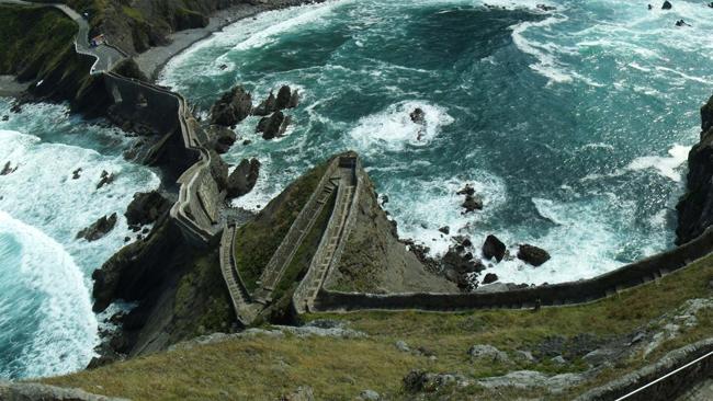 San Juan de Gaztelugatxe (Bermeo, Tây Ban Nha): Bắc từ đảo Gaztelugatxe (Lâu đài Đá) tới vùng đất liền Tây Ban Nha, cây cầu hùng tráng trên Vịnh Biscay từng & nbsp;được chọn làm bối cảnh quay đảo Đá Rồng trong & nbsp;phần 7 của & nbsp;loạt phim Trò chơi Vương quyền (Game of Thrones).