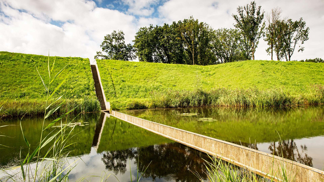 Cầu Moses (Halsteren, Hà Lan): Lấy cảm hứng từ câu chuyện trong kinh thánh khi Mose rẽ mặt nước ra làm đôi, các kiến trúc sư Hà Lan đã dựng lên một cây cầu lại không hẳn là cầu, với nước luôn mấp mé sát hai bên và du khách hay những người muốn đi qua được chiêm ngưỡng mặt nước ở ngay tầm mắt mình.