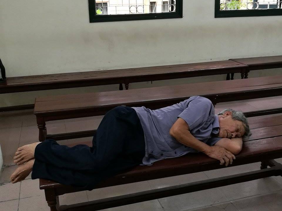 Nhói lòng cảnh con trai dìu bố gần 80 tuổi đến tòa vì hiếp dâm trẻ em