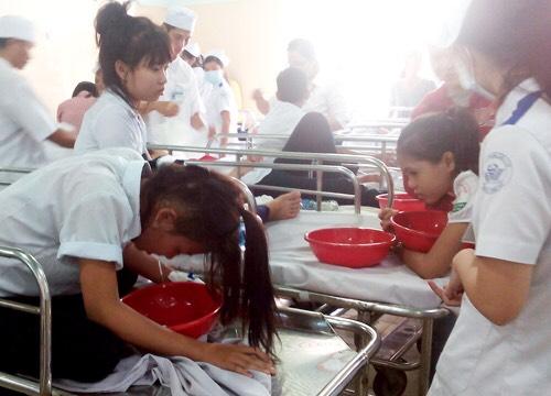 38 học sinh phải cấp cứu sau bữa cơm trưa - 1