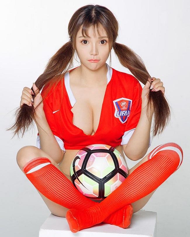 Rất nhiều người mẫu chụp ảnh tạo dáng bên trái bóng tròn, trong đó có chân dài Meng Shen Mei Mei. & nbsp;
