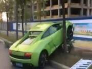 Bạn trẻ - Cuộc sống - Mượn siêu xe gây ấn tượng với bạn gái, không ngờ đâm phải cây