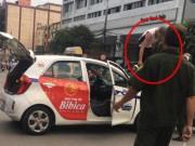 """Tin tức trong ngày - Bị CSGT dừng xe, tài xế taxi trèo lên nóc xe… """"ăn vạ"""""""