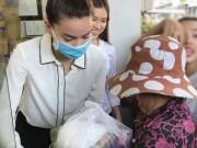 Hà Hồ nổi đóa khi bị chỉ trích đeo khẩu trang làm từ thiện