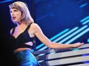 """Thời trang - Dẫu có """"rắn độc"""" thì đẹp như Taylor Swift, anh nào cũng xin chết!"""
