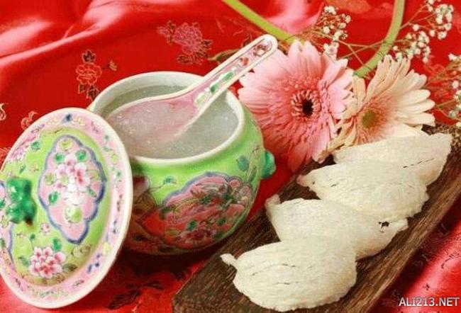 Tổ yến của Trung Quốc: Món ăn này được làm từ tổ yến - bao gồm… nước dãi của chim yến trộn lẫn với một số tạp chất khác. Độ protein tinh khiết và giá trị dinh dưỡng trong tổ yến rất cao. Vì vậy, bắt đầu từ đời nhà Minh, tổ yến đã trở thành một trong những món ăn truyền thống cực kỳ quý hiếm và đắt giá.