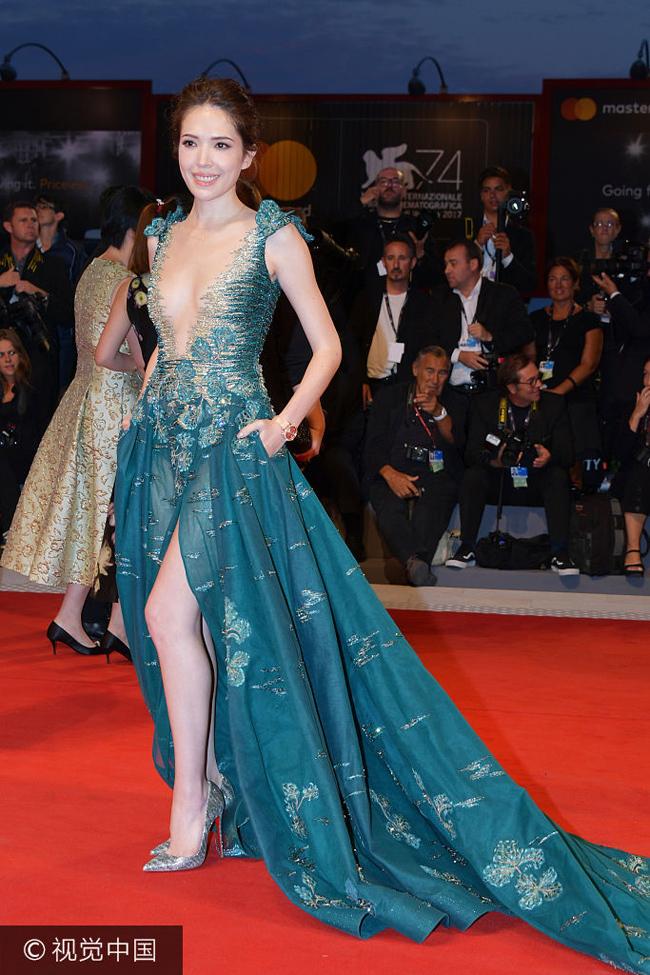 """Trên thảm đỏ LHP Venice 2017, nữ diễn viên Hứa Vĩ Ninh của Đài Loan không được chú ý dù diện trang phục quá đỗi gợi cảm. Cô thuộc hàng ngũ sao hạng A, nổi tiếng từ phim  """" Thơ ngây """" ."""