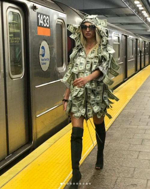 Mẫu Playboy chơi trội khi mặc váy từ tiền đô đi làm từ thiện - 1