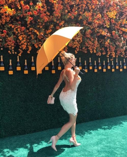 Mẫu Playboy chơi trội khi mặc váy từ tiền đô đi làm từ thiện - 10