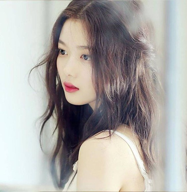 & nbsp;Kim Yoo Jung sở hữu vẻ đẹp sắc sảo nhưng không kém phần trong sáng. Dù chưa tròn 18 tuổi thế nhưng nữ diễn viên rất chú trọng đến việc chăm sóc nhan sắc. & nbsp;