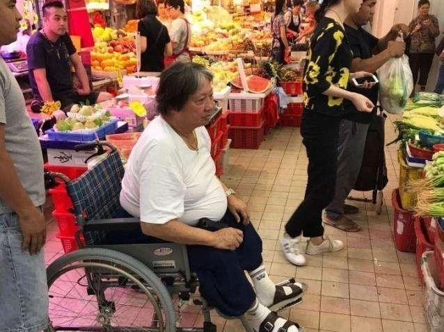 """""""Ông béo"""" làng võ thuật Hong Kong ngồi xe lăn đi chợ mua rau - 1"""