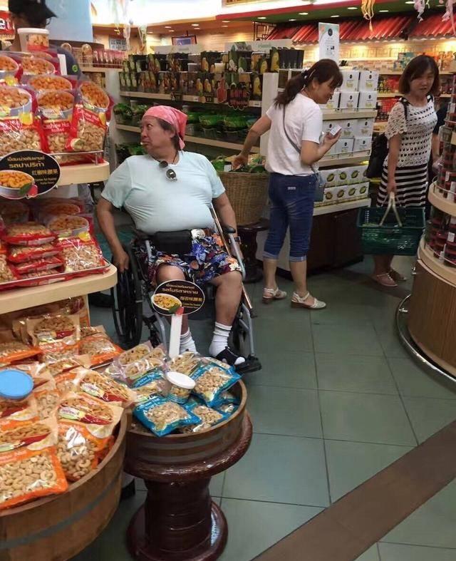 """""""Ông béo"""" làng võ thuật Hong Kong ngồi xe lăn đi chợ mua rau - 2"""
