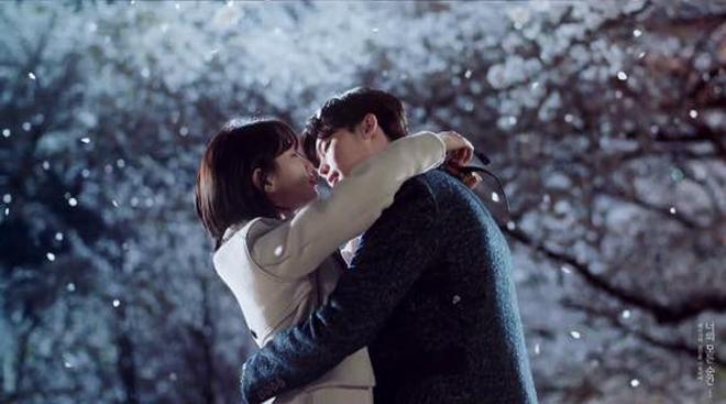 """Lee Min Ho đi nghĩa vụ quân sự, bạn gái liền """"khóa môi"""" trai lạ - 2"""