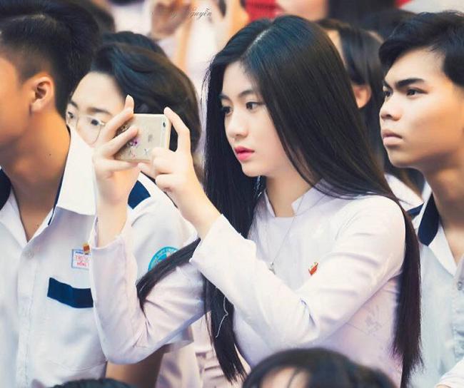 Bất ngờ nổi tiếng trên mạng sau khoảnh khắc chụp lén tại sân trường, Nam Phương trở thành thiên thần áo dài khiến biết bao chàng trai thổn thức. & nbsp;