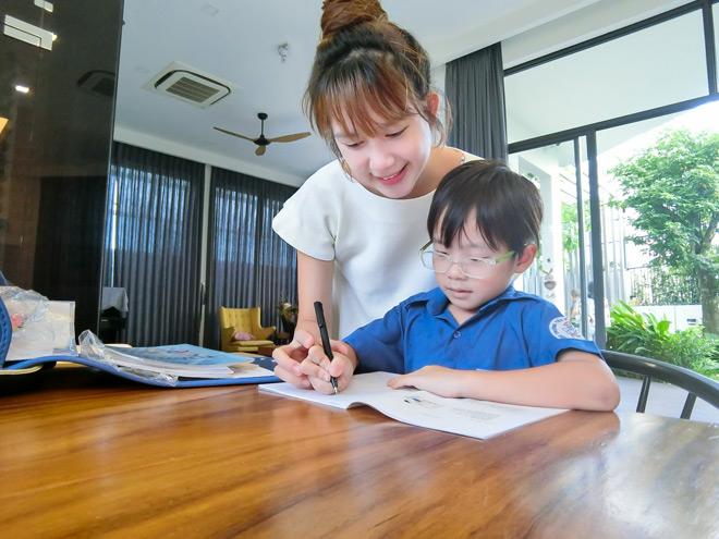 """Hot mom Minh Hà: Lần đầu con vào lớp 1, mẹ cũng cần có """"chiêu""""! - 1"""