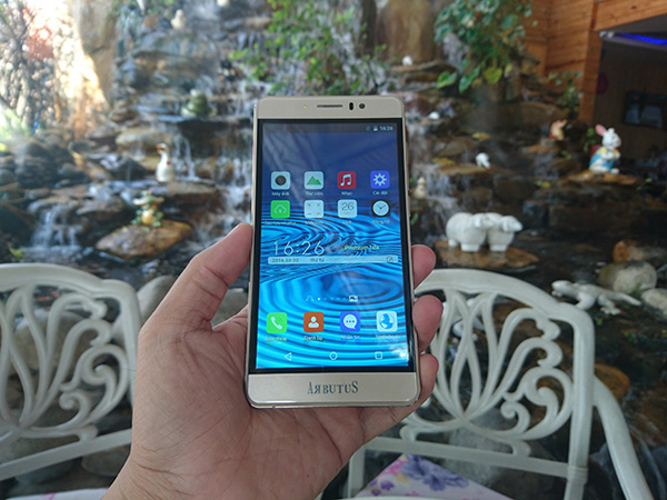 Đổ xô đi mua smartphone giá chưa đến 1,5 triệu đồng - 2