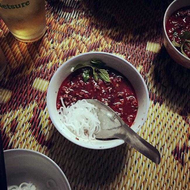 Tiết canh: Thật thiếu sót nếu không nhắc đến món được liệt vào top những món ăn kinh dị nhất thế giới này: Tiết canh. Đây là món ăn được chế biến từ máu động vật sống đông lại mà không & nbsp;hề trải qua bất cứ công đoạn tiệt trùng, vệ sinh nào, được ăn trực tiếp cùng lạc và rau thơm.