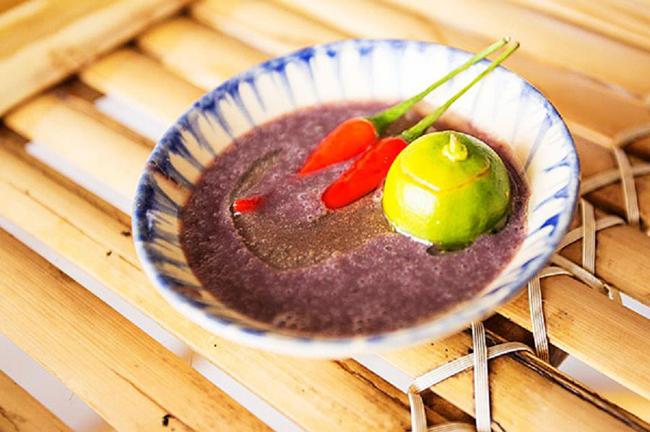 Mắm tôm: & nbsp;Loại gia vị vô cùng quen thuộc với người Việt Nam lại khiến nhiều thực khách quốc tế bịt mũi, lè lưỡi. & nbsp;Mắm tôm là loại mắm được làm chủ yếu từ tôm và muối ăn, qua quá trình lên men tạo nên hưong vị đặc trưng. & nbsp;Đối với người Việt Nam mắm tôm là một thứ không thể thiếu trong nhiều món ăn như bún đậu mắm tôm, bún thang...